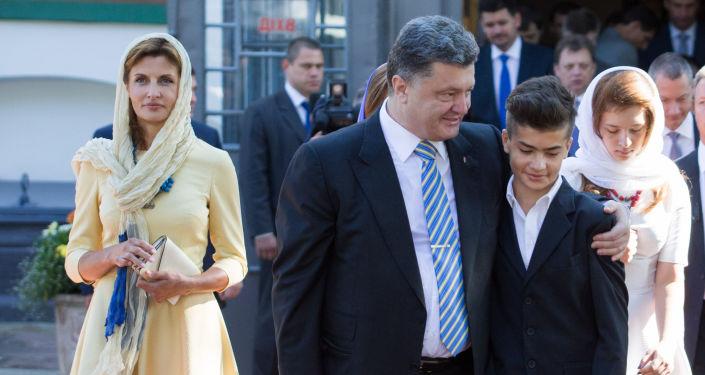Prezydent Ukrainy Petro Poroszenko z żoną Mariną i synem Michaiłem w Soborze Mądrości Bożej w Kijowie