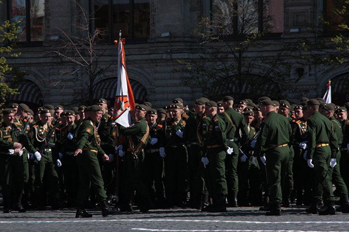 Kadeci i oficerowie ustawiają się w kolumny na Placu Czerwonym przed rozpoczęciem Parady Zwycięstwa