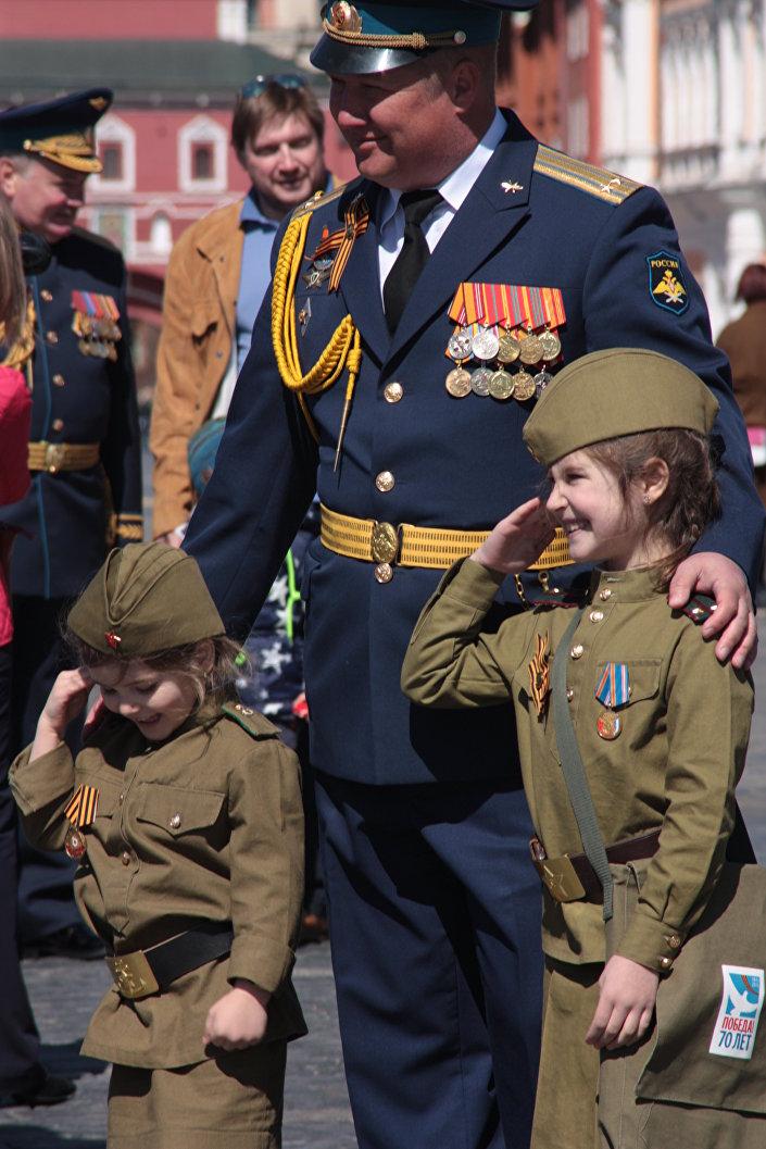 Przed 9 maja rodzice chętnie ubierają dzieci w mundury wojskowe z czasów II wojny światowej