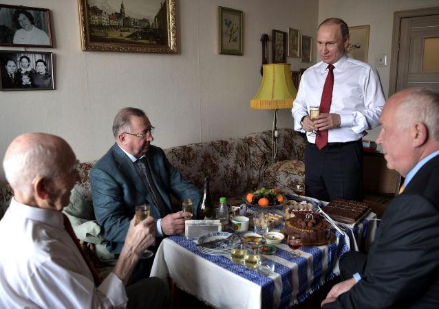 Prezydent Rosji Władimir Putin i były szef radzieckiej grupy wywiadowczej KGB w Dreźnie Łazarz Matwiejew podczas spotkania w Żulebinie