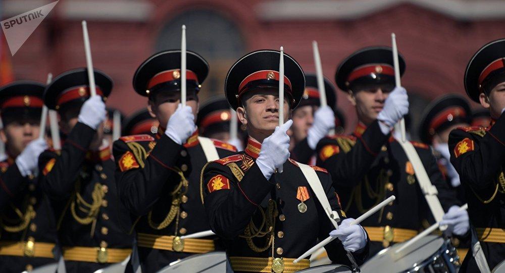 Dobosze Wojskowej Akademii Muzycznej Ministerstwa Obrony Rosji na Placu Czerwonym