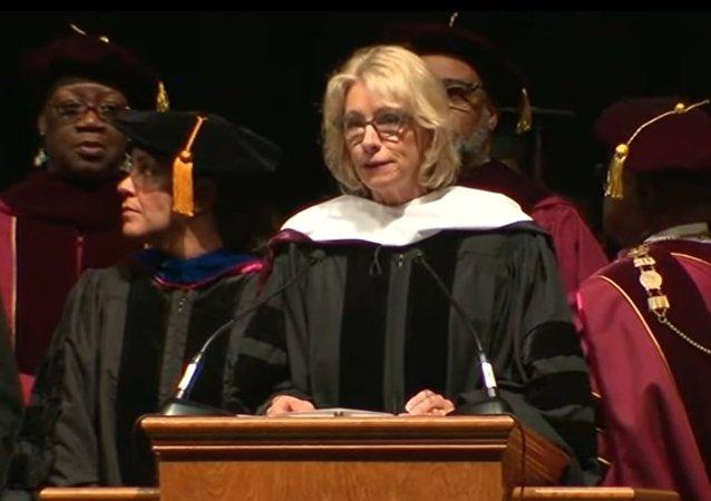 Na Florydzie setki studentów wygwizdały sekretarz edukacji USA