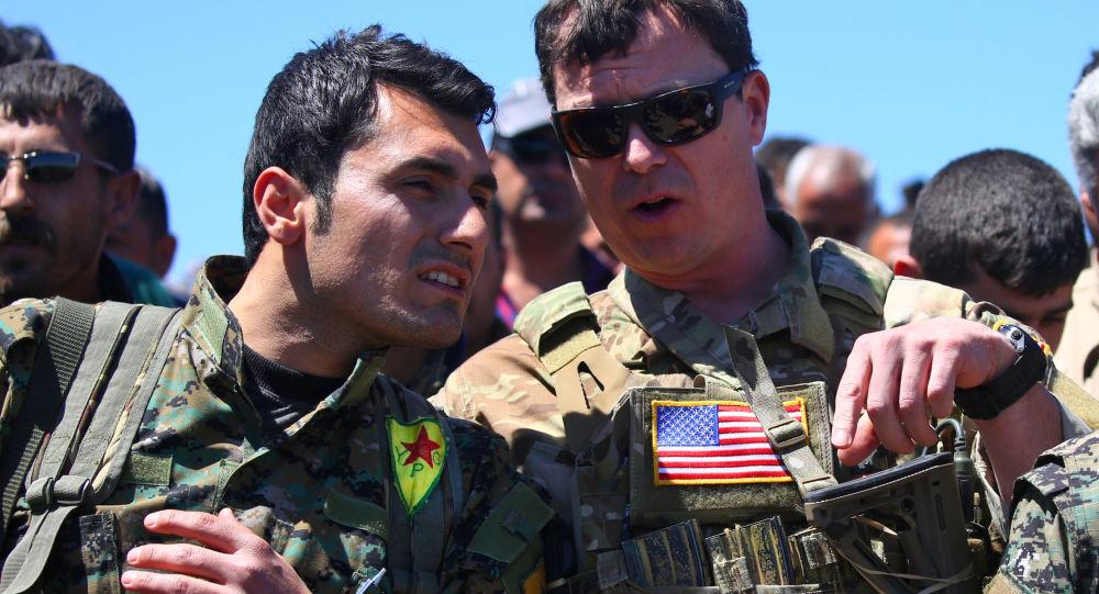 Członek kurdyjskiej Ludowej Jednostki Samoobrony i oficer USA w Syrii