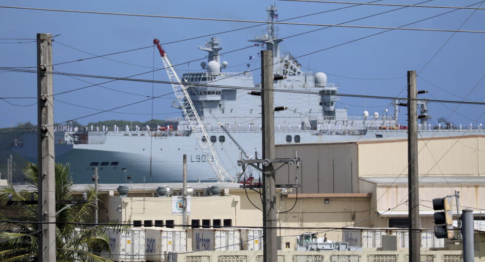 """Francuski śmigłowcowiec typu """"Mistral"""" w porcie w bazie marynarki wojennej Guam"""