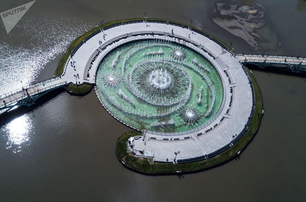"""""""Śpiewająca fontanna"""" pojawiła się na wyspie Średniego Stawu Carycyńskiego w 2007 roku."""