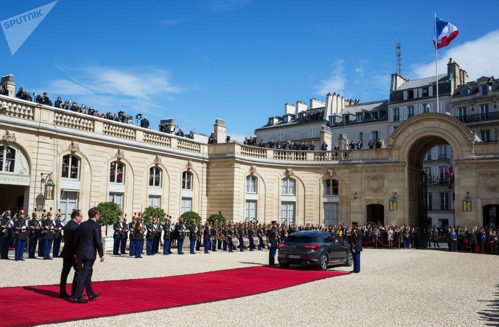 Były i nowy prezydenci Francji Francois Hollande i Emmanuel Macron w Paryżu.