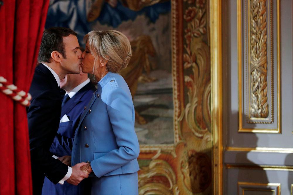 Prezydent Francji Emmanuel Macron ze swoją małżonką Brigitte podczas ceremonii zaprzysiężenia.