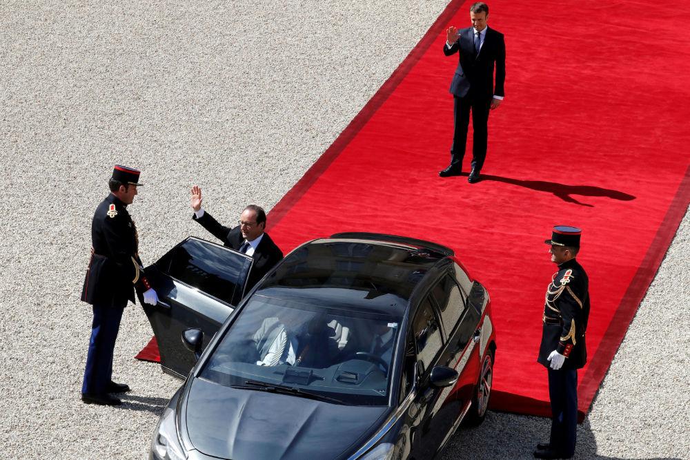 Były prezydent Francji Francois Hollande opuszcza Pałac Elizejski.