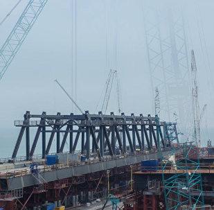 Na Krymie wyprowadzono na wodę pontony do montażu łuków mostu przez Cieśninę Kerczeńską