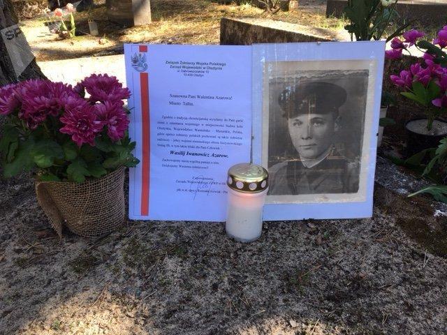 List z Polski i zdjęcie czerwonoarmisty Wasilija Azarowa na cmentarzu w Estonii