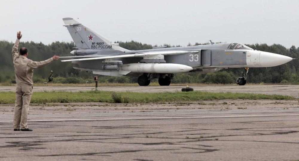 Bombowiec frontowy Su-24M na lotnisku wojskowym w miejscowości Puszkin