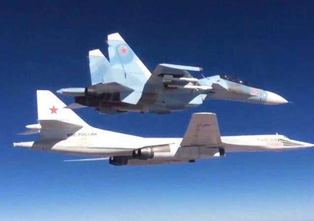 Myśliwiec Su-30SM eskortuje rosyjski odrzutowy ponaddźwiękowy bombowiec strategiczny Tu-160
