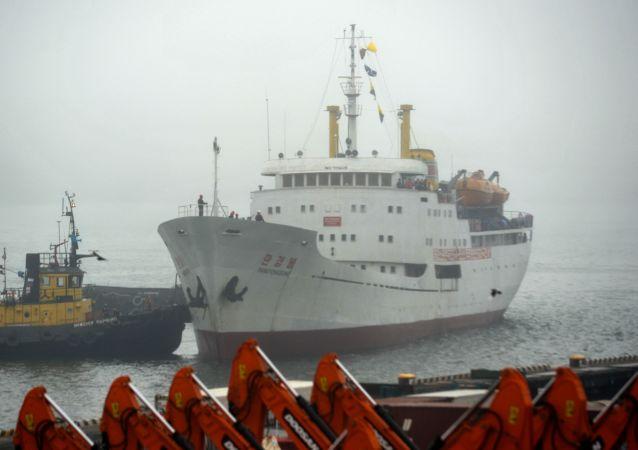 Północnokoreański statek Man Gyong Bong w porcie we Władywostoku
