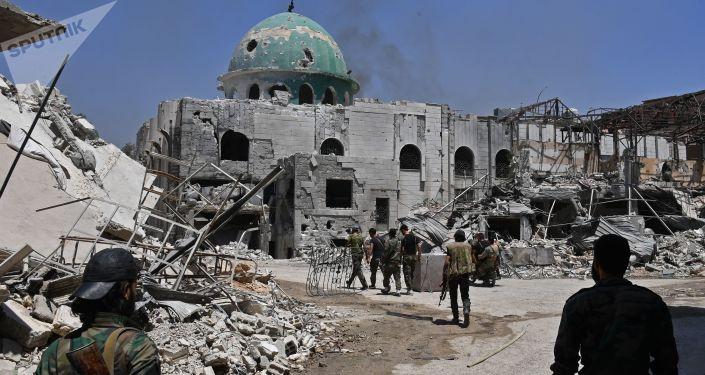 Bojownicy na ulicy w kwartale Kabun na przedmieściach Damaszku