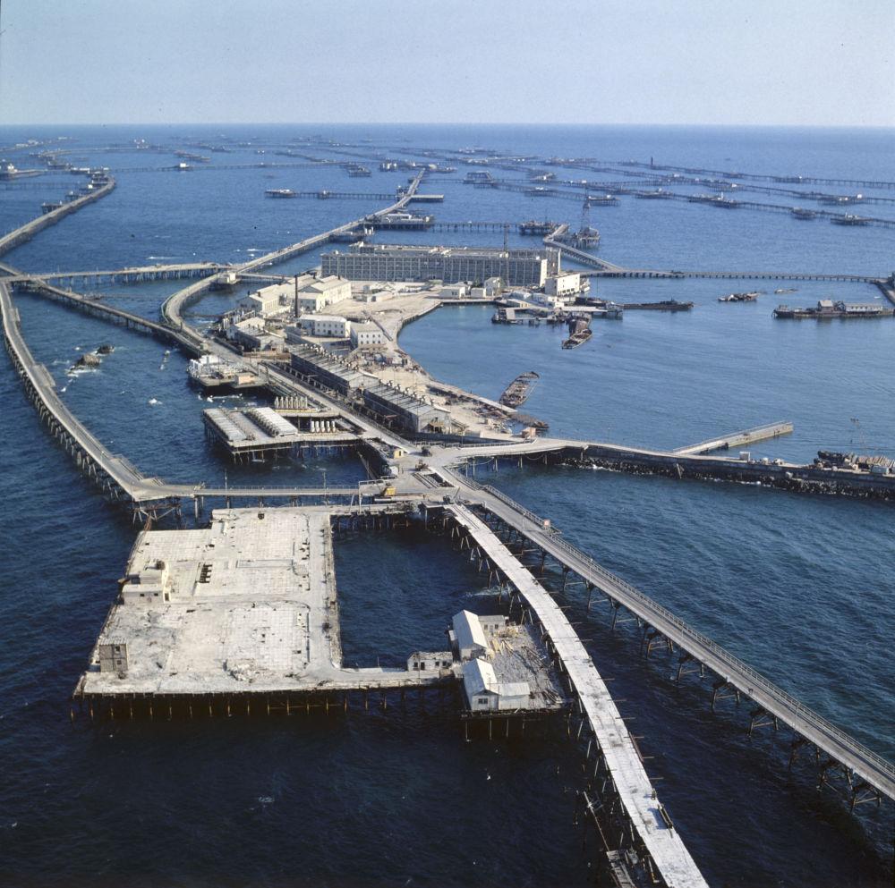 Neft Daşları (dosł. kamienie naftowe) - osiedle w Azerbejdżanie usytuowane na Morzu Kaspijskim. Zostało wybudowane w 1949 roku na metalowych rusztowaniach w celu eksploatacji ropy naftowej z dna morza.