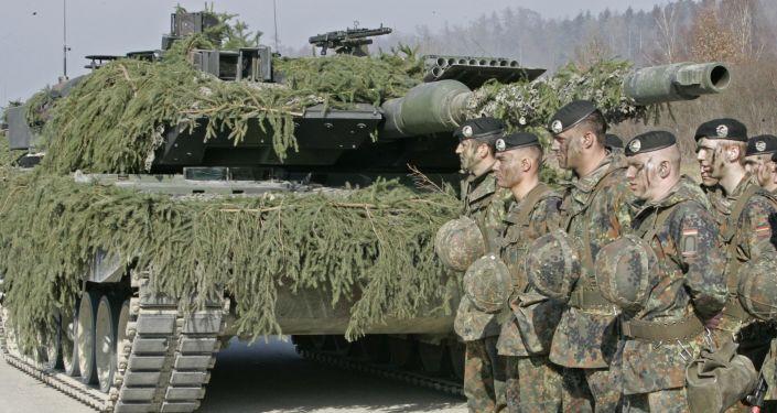 Żołnierze niemieckiej armii przy czołgu Leopard 2