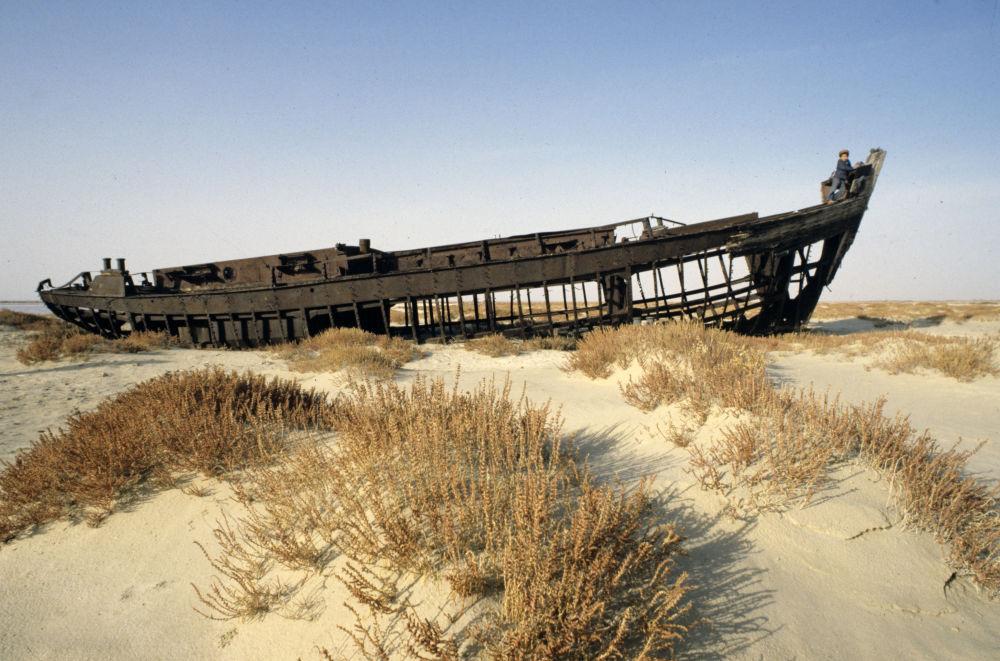 Aralsk – port, który utracił dostęp do morza. Do rozpadu Związku Radzieckiego znajdowały się tutaj laboratoria broni biologicznej.