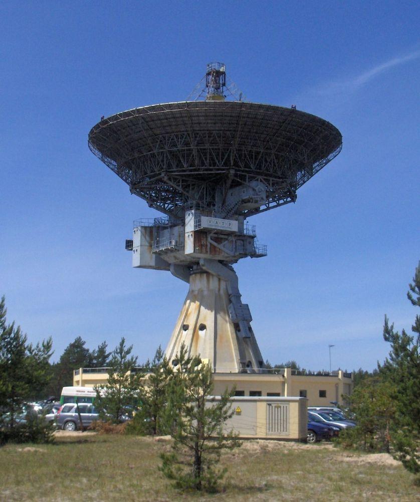 """Międzynarodowe Centrum Radioastronomii zostało założone w 1971 roku w pobliżu łotewskiego miasta Windawa, na brzegu Morza Bałtyckiego. Swoje istnienie zawdzięcza radzieckiej armii. Początkowo miała to być stacja wywiadu kosmicznego """"Zviezda"""". W 1994 roku, po wycofaniu się wojsk radzieckich, centrum zostało przekazane Łotewskiej Akademii Nauk."""