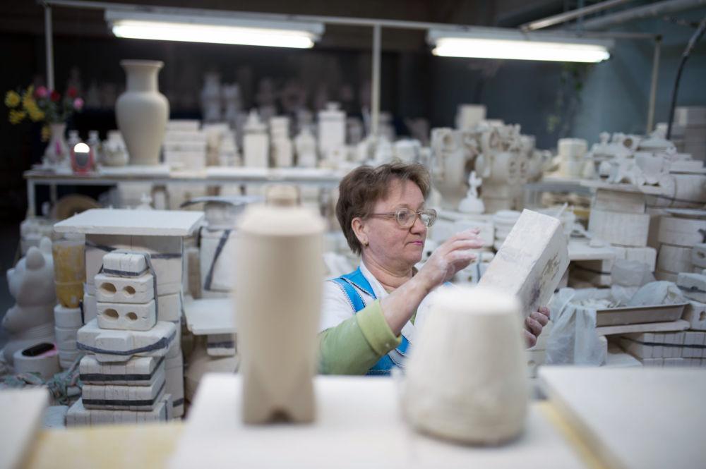 Przygotowanie formy przed zalaniem miękkiej masy porcelanowej w warsztacie.