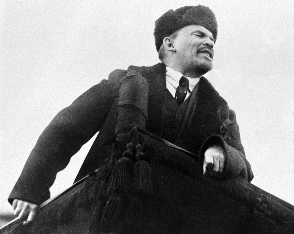 Władimir Lenin przemawia na Placu Czerwonym w dzień obchodów I rocznicy Wielkiej Październikowej Rewolucji Socjalistycznej. Zimowy wariant ubioru Lenina to palto i czapka-uszanka. Zauważmy jednak, że Lenin nosi nie zwykłą uszankę, ale szczegolską karakułową. A i palto jest doskonale uszyte, najprawdodpodobniej jeszcze na emigracji.