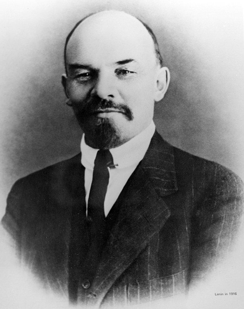 Władimir Lenin w Zurichu w 1916 roku. Tak samo – w trójkę, białośnieżną koszulę i ciemne garnitury – Lenin ubierał się jeszcze na emigracji.