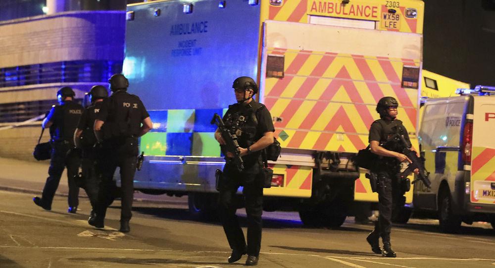 """Policja na miejscu ataku terrorystycznego na stadionie """"Manchester Arena"""" w Manchesterze, Wielka Brytania"""