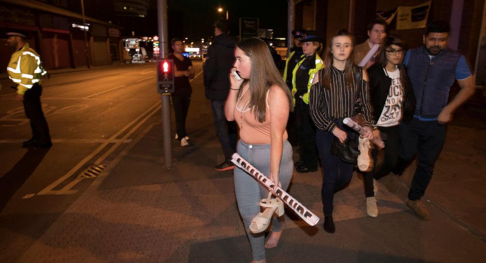 """Publiczność po ataku terrorystycznym na stadionie """"Manchester Arena"""" w Manchesterze, Wielka Brytania"""