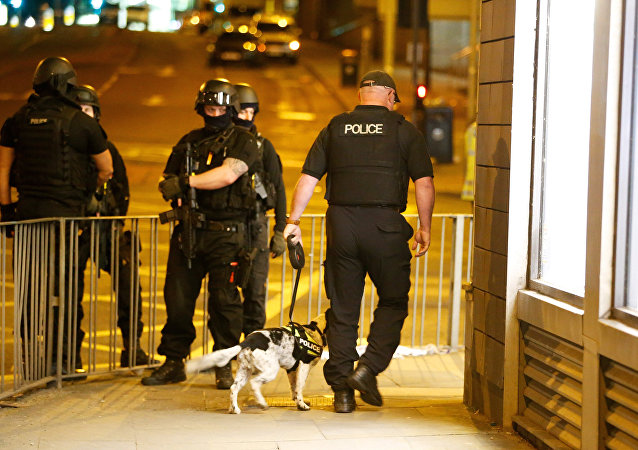 Policja w pobliżu hali widowiskowej w Manchesterze, gdzie doszło do zamachu 22 maja 2017