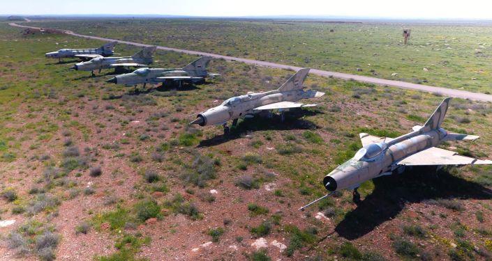 Syryjskie samoloty na terenie bazy lotniczej Szajrat w Syrii
