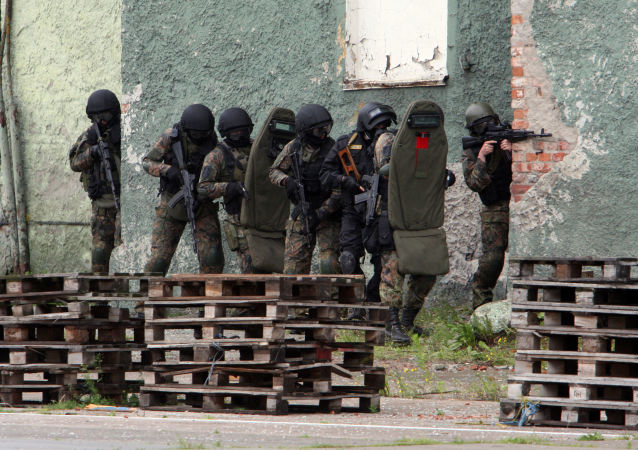 Pracownicy FSB ćwiczą operację odbicia budynku zajętego przez terrorystów podczas ćwiczeń antyterrorystycznych w porcie morskim w Kaliningradzie