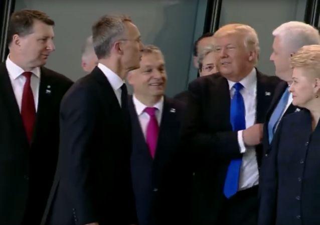 Szczyt NATO: Trump odpycha premiera Czarnogóry, by znaleźć się w pierwszym rzędzie