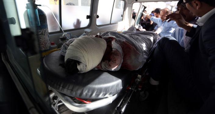 Afgański karetka zabiera ofiary ataku terrorystycznego