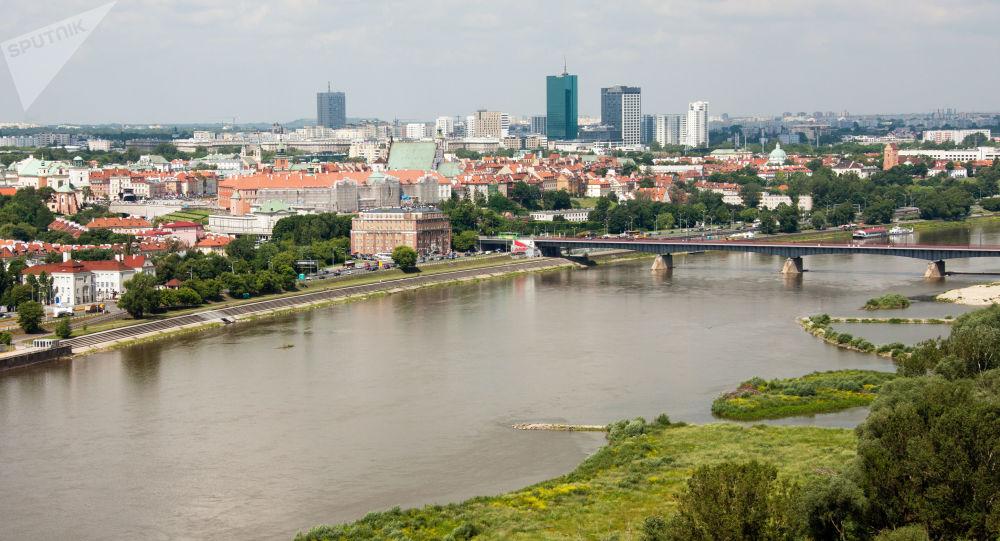Widok na Most Gdański przez Wisłę w Warszawie