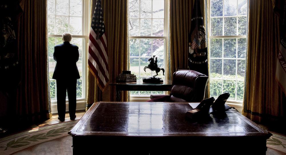 Prezydent USA Donald Trump przy oknie w Gabinecie Owalnym