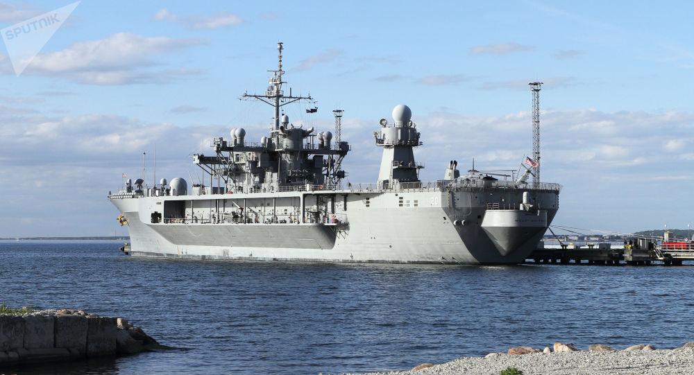Okręt flagowy VI Floty Stanów Zjednoczonych Mount Whitney w porcie
