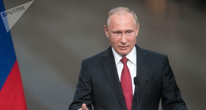 Prezydent Rosji Władimir Putin podczas wspólnej konferencji z prezydentem Francji Emmanuelem Macronem w Pałacu Wersalskim