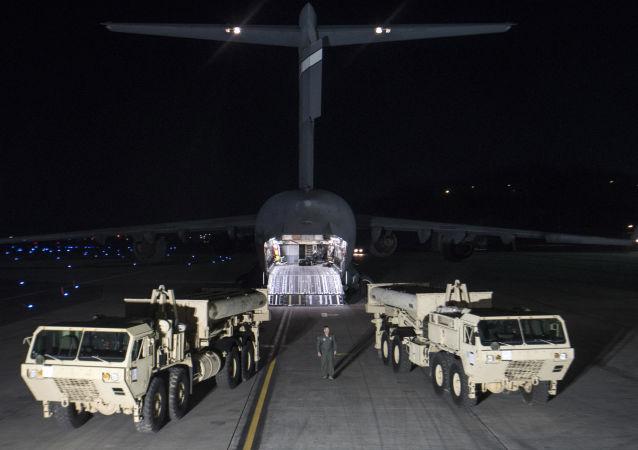 Rozładunek sprzętu do amerykańskich systemów obrony antybalistycznej THAAD w Korei Południowej