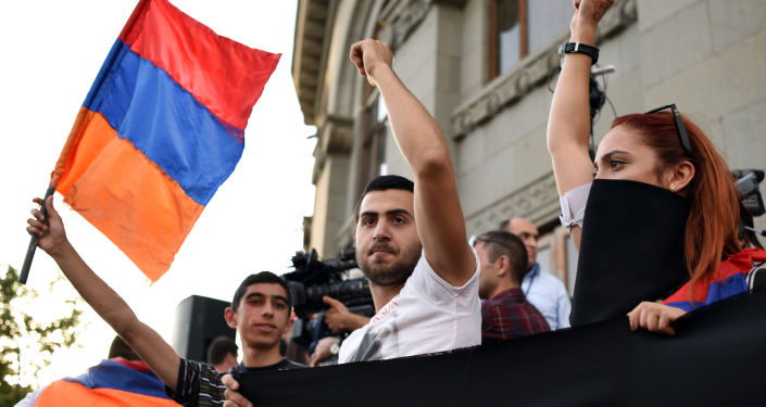 Demonstranci podczas akcji protestacyjnej w Erywaniu