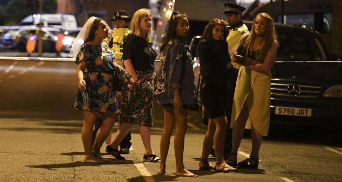 Londyńscy policjanci udzielają wskazówek zdezorientowanym kobietom
