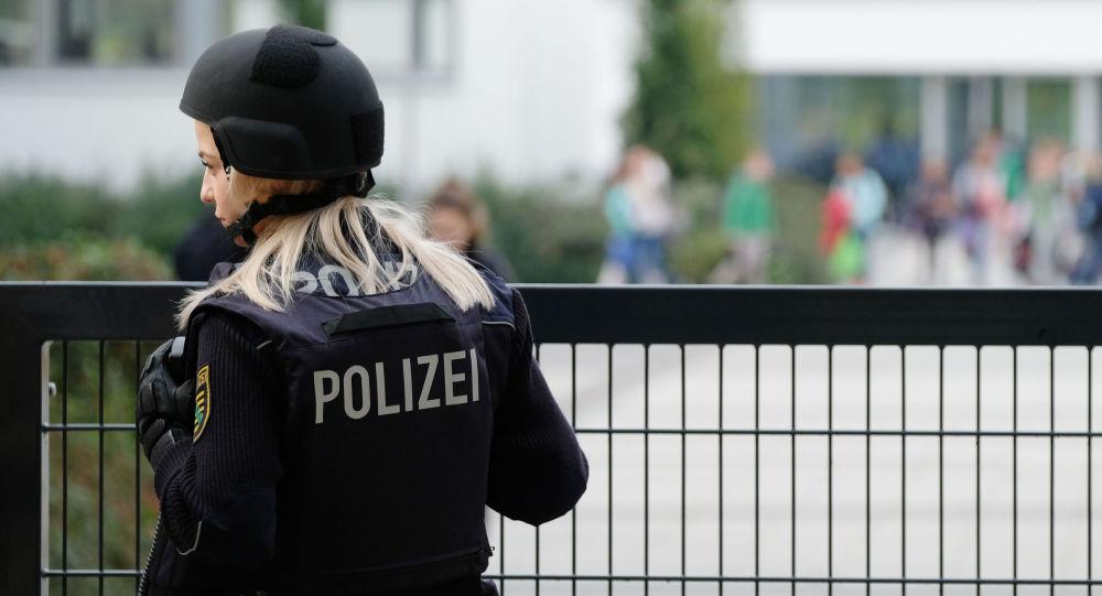 Oficer niemieckiej policji strzeże szkoły podstawowej w Lipsku