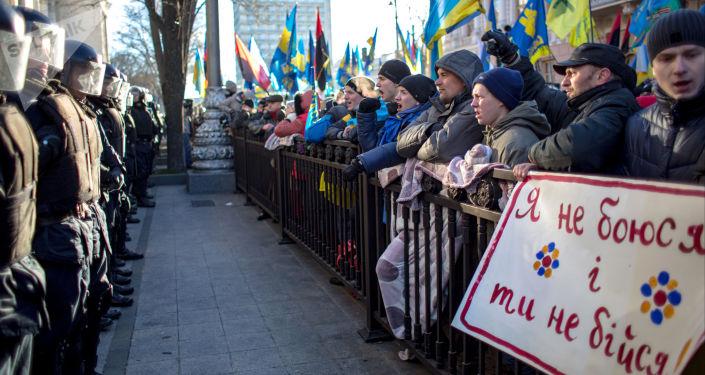 Pikieta zwolenników integracji europejskiej Ukrainy pod budynkiem Rady Najwyższej w Kijowie