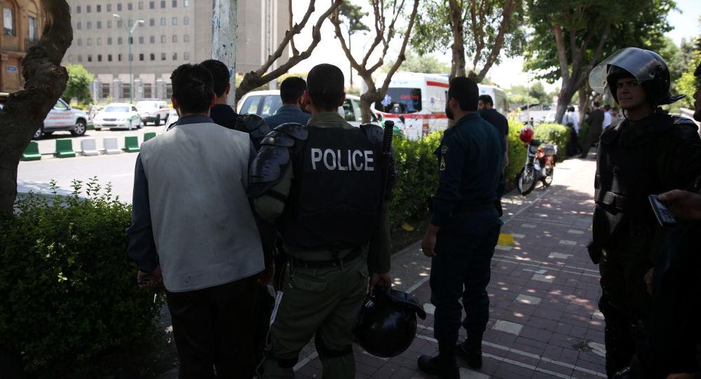 Policja pod parlamentem w Teheranie
