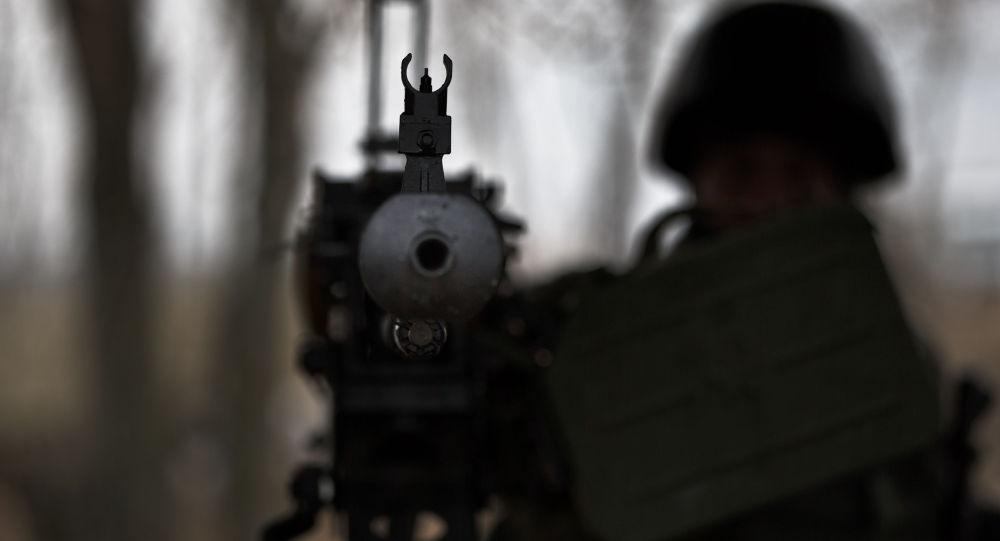 Żołnierze z bronią na przejściu granicznym w pobliżu Charkowa