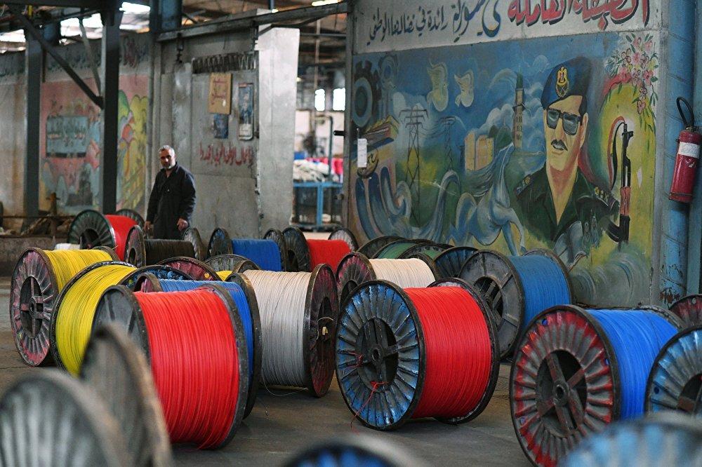 Szpule kabli elektrycznych wyprodukowane w fabryce na południowych przedmieściach Damaszku.
