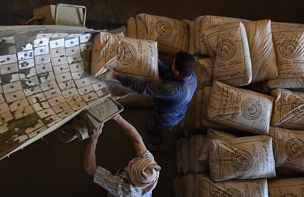 Cementownia na przedmieściach syryjskiego miasta Tartus.