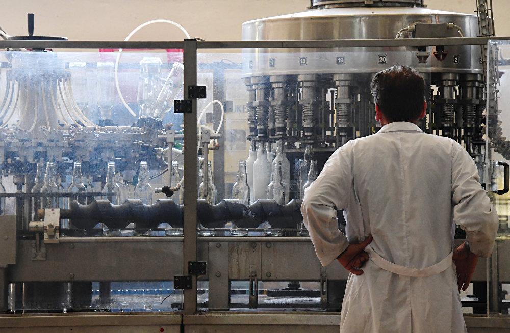 Arak rozlewany jest do butelek w zakładzie w mieście As-Suwajda.