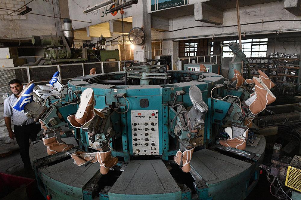 W zakładzie państwowym na wschodzie Damaszku w rejonie Bab Sharqi produkowane są kalosze i podeszwy do butów.