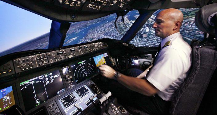 Pilot w kabinie samolotu Boeing 787