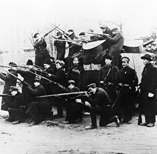 """Pancernik """"Lejtnant Szmidt"""", jeden z 63 dostarczonych do Rosji samochodów opancerzonych Sheffield-Simplex, z dwoma wieżami strzelniczymi, ustawionymi skośnie. W warunkach frontowych samochody okazały się jednak mało przydatne."""