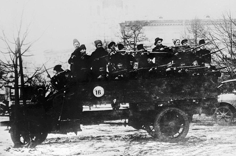 Samochód Selden. Solidny i ciężki wóz ciężarowy tamtego okresu nie mógł być obroną od kul, ale funkcję przewozu oddziału wojskowego spełniał doskonale.